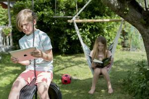Under sommarens långledighet riskerar reglerna kring barnens skärmtid att luckras upp.