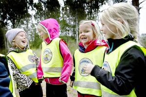 Mila, Vera, Sally och Maja på väg till skogen där de bygger kojor och plockar kvistar till pyssel.
