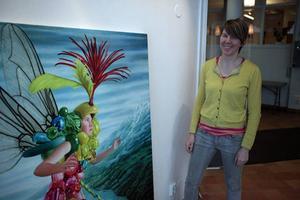 Maria Jokitalo vid en av sina målningar.