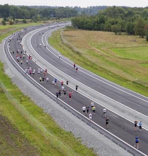 Motorvägslöpare. Över tvåtusen person var med när E18 skulle invigas i motionstempo. Foto: Per Groth