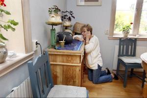 Om Elisabet Westman står på knä vid ett hörn i köket kan hennes mobiltelefon fungera. Åtminstone någon minut.