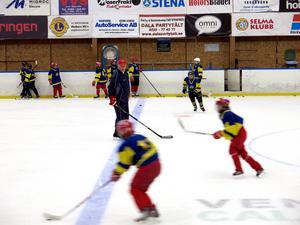 Bland Prospect Camps instruktörer finns bland andra ryssarna Alexej Salomatin och Oleg Missenko (i röd keps på bilden).