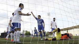 Johan Adamsson jublar efter ett Södras mål mot IFK Västerås.