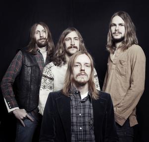 """På skivan """"Hisingen Blues"""" är det analogt som gäller för Graveyard. Från vänster Rikard Eklund, bas, Axel Sjöberg, trummor och Jonathan Larocca Ramm, gitarr, samt sittande Joakim Nilsson, sång och gitarr."""