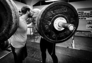 Sambon Henrik Edström tränar också tyngdlyftning.                   – Det är en tävling oss emellan också och snart får Henrik leva med att han inte är starkast i familjen, säger Paula Junhov Rindberg och skrattar.