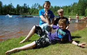 Josiah Bergh, Samuel Nilsson och Esaias Frimodig Lundell har precis badat.