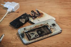 Anna Kadins Samsungtelefon exploderade och började brinna under laddning.