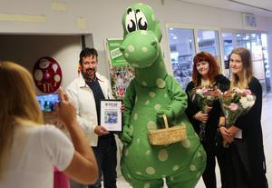 Bilbolagets marknadschef Jörgen Sånglöf och konstnärerna Jolin Skoglund och Agnes Christoffersson poserade glatt efter att deras Bilbo vunnit årets Birger.