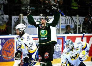 Peter Nordström  jublar efter att ha gjort 1–2 och påbörjat Färjestads  upphämtning.Foto: Scanpix