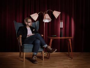 Västeråsaren Dan Linder, copywriter, skribent, radioröst och föreläsare, bjuder in gäster med Västerås- anknytning till länsteaterns kafé.