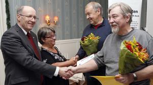 Göran Eliasson och Berthold Jonsson får sitt andrapris för fynd i Lostrakten. Arne Sundberg, SGU, och Berit Lindell, Norrlandsfonden, är utdelare.