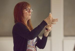Barnmorskan Lena Andersson från ungdomsmottagningen visar på Ernst hur en kondom träs på för Bromangymnasiets elever.