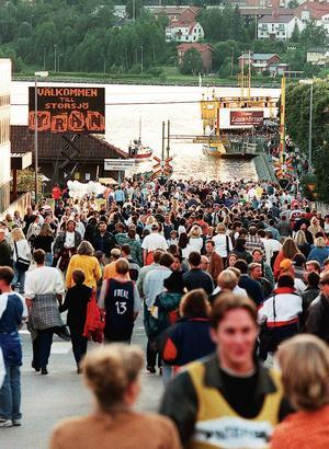 Folksamling under Storsjöyran 1996.
