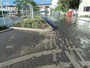 När vattnet dragit sig tillbaka var gator fyllda med ett lager med slam.