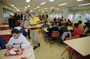 Även lärare och assistenter ställer sig kritiska till barn- och utbildningsnämndens nya måltidspriser. (Personerna på bilden har ingen direkt koppling till texterna.)