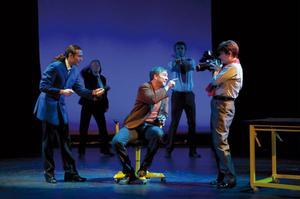 Maurits Elvingsson, längst till vänster i blå kavaj, i pjäsen