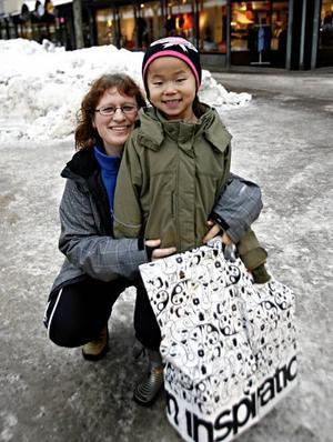 Agneta Österberg, 39 år, med dottern Lisa Österberg, 7 år, Sandviken– Det är ett hyfsat utbud, men hade kunnat vara fler klädaffärer. Jag vill gärna gynna handeln i Sandviken, men det vore bra om det fanns lite mer valmöjligheter här.