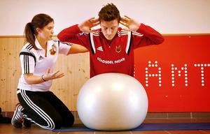 Jamie Hopcutt tränar rehab med Frida Eklund i väntan på att han ska bli symptomfri från mystiska och efterhängsna magsmärtor.