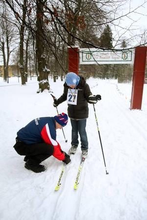 PROBLEM. 12-årige Sara Alwahar hade problem med pjäxor och skidor. Men det löste sig fort och hon kunde ge sig ut på ett andra varv.