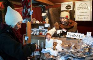 Ylva Forsberg från Gåxsjö handlade bivax för impregnering av kläder av Anna Edwertz från Ljungdalen