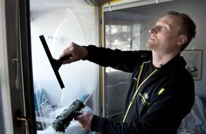 Gamla knep som att använda sig av tidningspapper är inte att rekommendera. Janne Sollerman berättar att det förstör glaset.