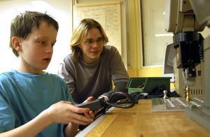Precision krävs för att styra en robot. Marcus Valdén testar och får tips av Rinmaneleven Johan Peter Tysklind.