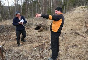 Länsstyrelsens Bert-Ivan Mattsson och Fredrik Andersson vid den skjutna björnen