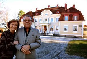 Peo Jönis och Jennie Särlefalk flyttar nu till Stockholm. De nya ägarna kommer att driva herrgården vidare med samma personal.