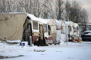 Sundsvalls kommun vill ha bort tiggarnas husvagnsläger från hamnen.