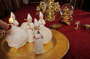 Granen är rosa hos familjen Wik, men på julen blir det även en hel del gulddekorationer och juligt röda dukar och prydnadssaker. Och husets fyra söner symboliseras i ett eget litet lussetåg.