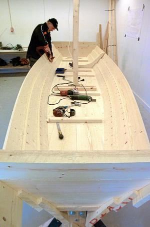Arbete i verkstaden. Ännu en träeka under konstruktion i Jönshyttans båtbyggarverkstad. Båten byggs upp bit för bit, som ett pussel. Klas har utvecklat sin byggteknik och sin båtmodell allteftersom.