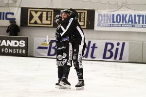 Patrik Nilsson och Christoffer Edlund utbyter en hjärtlig kram – och det kan de gott kosta på sig efter säsongens starkaste insats: 12–4 på VSK i semifinalmatch två.