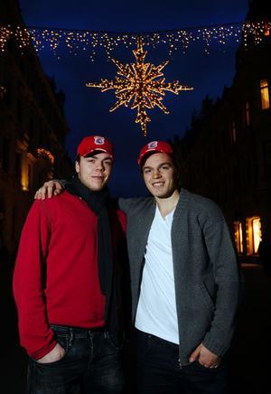 Magnus Pääjärvi och Anton Lander förberder sig inför JVM i Kanada, december 2009. Här poserar de på bild på Sundsvalls gator inför avresa.