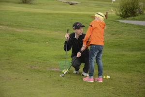 Fredrik Aspman håller kursen i grönt kort för tjejer och tycker att de gör stora framsteg.