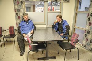 Anders Hyttstrand och Rikard Eliasson, jobbar för Björn Olssons taxi i Åre och tar en fikapaus innan flyget landar. De hämtar och lämnar ofta kunder på flygplatsen på Frösön och anser att det skulle vara dåligt för Jämtland med flygskatt.