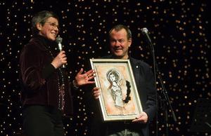 Jane och Kjell Rönnqvist känner igen sin dotter Nathalie i tavlan som Sofia Rustan gjort. Nathalie mördades år 2003 och hennes föräldrar har lyckats med det som kan tyckas omöjligt: att göra något positivt av sina känslor.