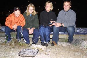 Korvgrillande familjen Moberg från Stöde bidrog till stämningen i Sörfjärden. Från vänster Kalle, Elin, Cecilia och Mikael.