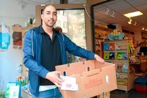Samson Yitbarek från organisationen Ex-cons levererade Hjärta till Hjärtas Ställ upp-knappar till bokhandeln Din bok på Storgatan och till Ica Maxi vid Eurostop.