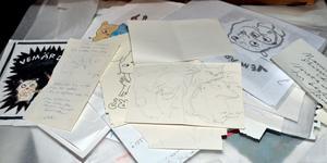 Denna samling papper är skisser och idéer till teckningar och böcker som Stina Wirsén har gjort. De ska läggas i lådor i en arkitekthurts, så att besökarna kan dra ut och titta hur hon arbetar och hur arbetet flyter fram.