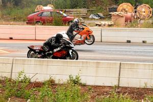 Det kördes även ett antal klasser motorcykel. Bert Nilsen, NFC Färnes, får stegring på sin Hayabusa i ett möte med Thomas Nilssons Yahama från SHRA Mantorp.