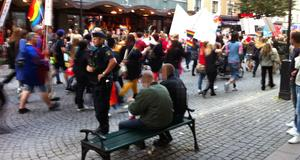 En polispatrull bevakade en grupp under Örebro pride-tåget under lördagen.
