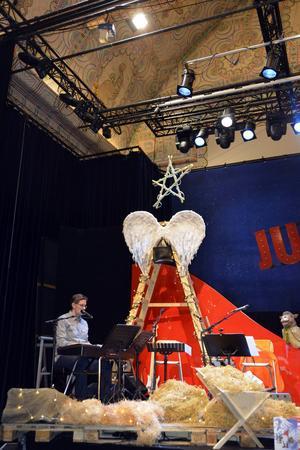 Snart premiär för Teater Västernorrlands Julfrossa. Kapellmästare Patrik Norman under repetition.