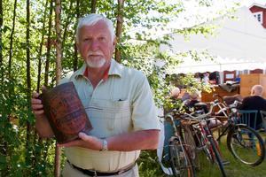 Bernt Johansson har hittat en snusburk till sin samling.