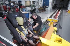 Testingenjör på TRL ser till att stolen är ordentligt fastspänd före sidokrockprov. Foto: Geoff Helliwell