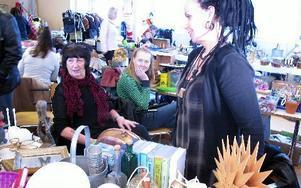 Marita Nilsson, till höger, får hjälp av mamma Elvy Nilsson, till vänster, vid sitt loppisbord. FOTO: KRISTINA VAHLBERG