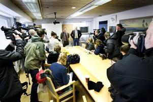 TRÅNGT. När kommunen kallade till presskonferens i vänortsrummet var det betydligt fler än vanligt som kom. Media från hela Norden var på plats för att få höra kommunens tankar om det planerade giftermålet.