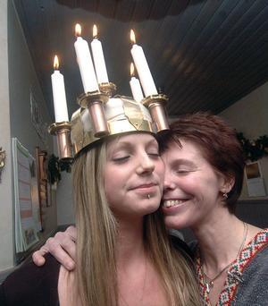 Emma Hammarström som blev Edsbyns lucia i år får en riktig segerkram av mamma Helena.