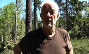 Yngve Plånborg i gläntan där han mötte björnen.