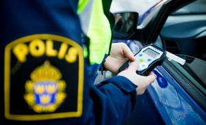 Föraren saknade körkort och blåste positivt i polisens kontroll.