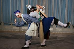 Stiliserade rörelser. Rörelsemönster, sång och musik följer den gamla kinesiska teatertraditionen Kungqu.